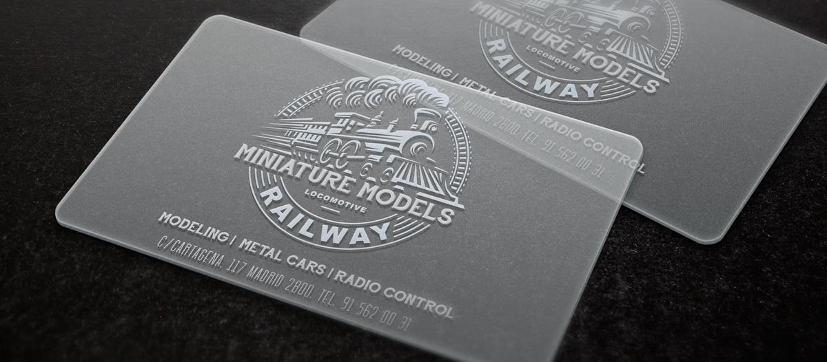 Tarjetas de visitas impresas con tinta blanca sobre material PVC transparente