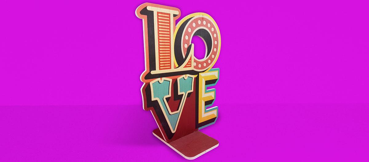 Diseño para San Valentín: un display publicitario o corpóreo en madera contrachapada con las letras LOVE troqueladas