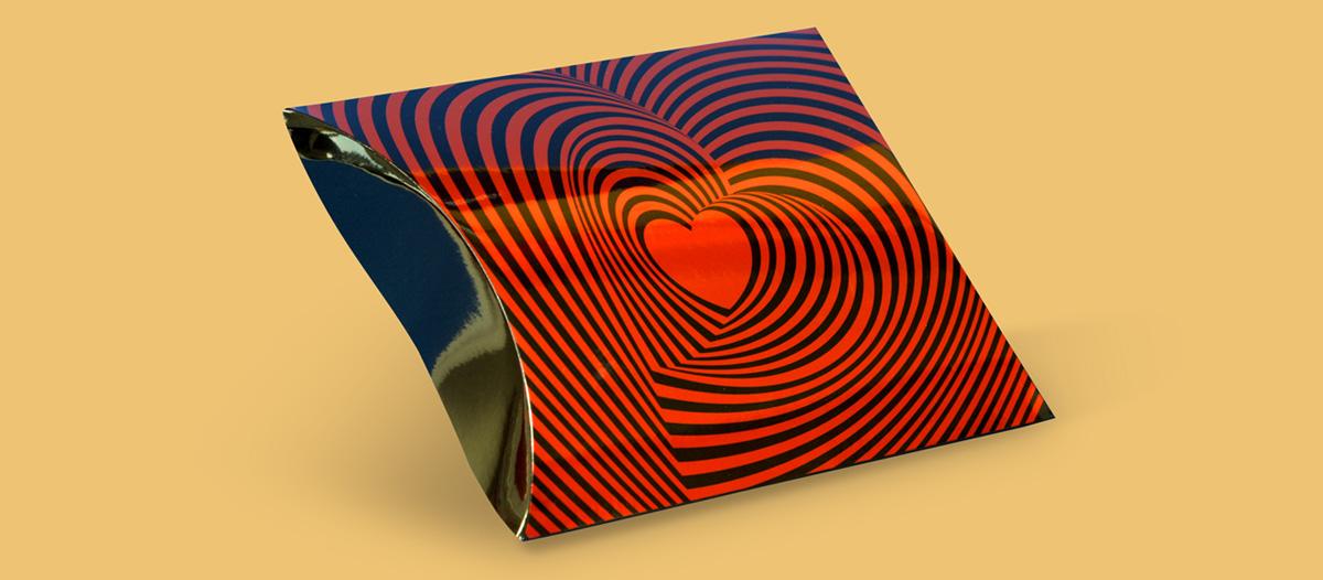 Diseño para San Valentín de una caja tipo almohada con una gráfica de corazones concéntricos, con estilo psicodélico
