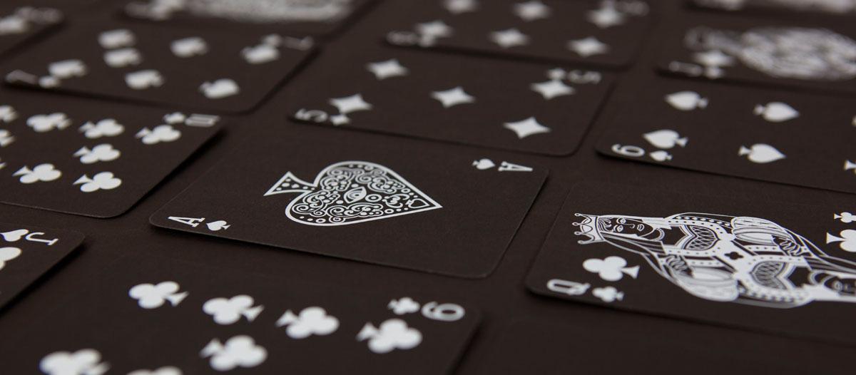Impresión en tinta blanca sobre una baraja de cartas