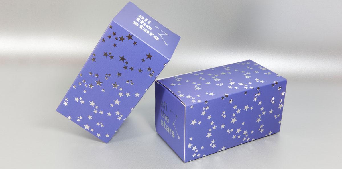Una caja impresa en el color PANTONE Ultraviolet y con estampado digital en plata.