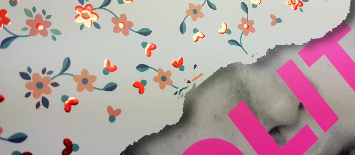 Aplicación de estampado digital en rojo sobre la portada de un libro con letras en tinta rosa fluorescente