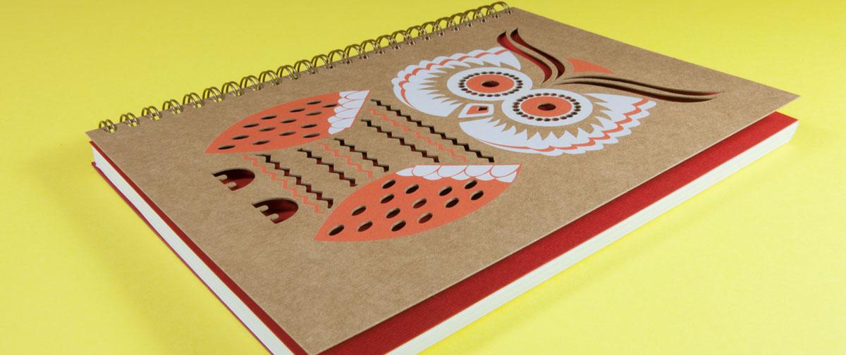 Libreta encuadernada en wire-o con una portada troquelada con una forma de buho e impresa en tinta blanca - Trquelado laser - Truyol Digital