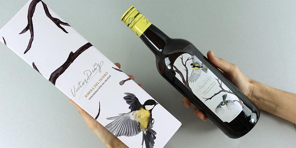 Caja de vino cuadrada de la colección packaging para botellas, impresa sobre soporte de cartón corrugado en color blanco. La etiqueta está impresa sobre un soporte adhesivo estucado, especial para uso alimentario.